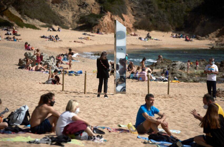 (foto) Reapar monoliții. Un nou obiect misterios a fost găsit pe o plajă în Spania