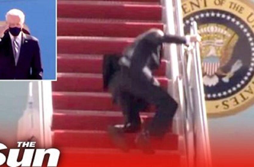 """(VIDEO) Joe Biden a căzut pe scara avionului, după ce s-a împiedicat de trei ori. Casa Albă: """"Vântul a fost de vină"""""""