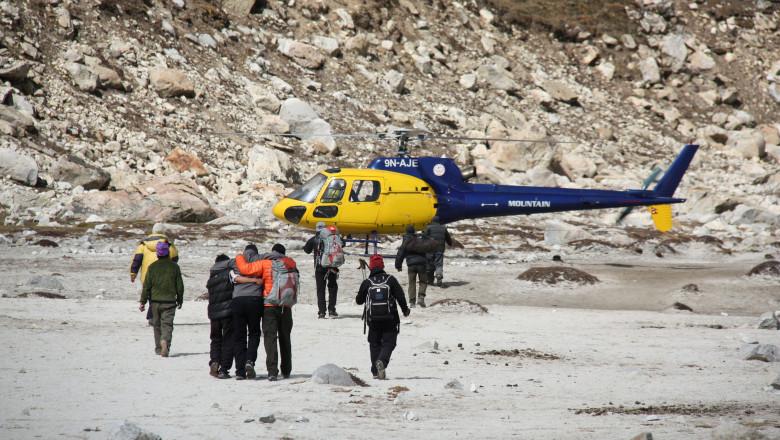Coronavirusul a ajuns pe cel mai înalt munte din lume. Un alpinist de pe Everest a fost coborât cu elicopterul după ce s-a simțit rău
