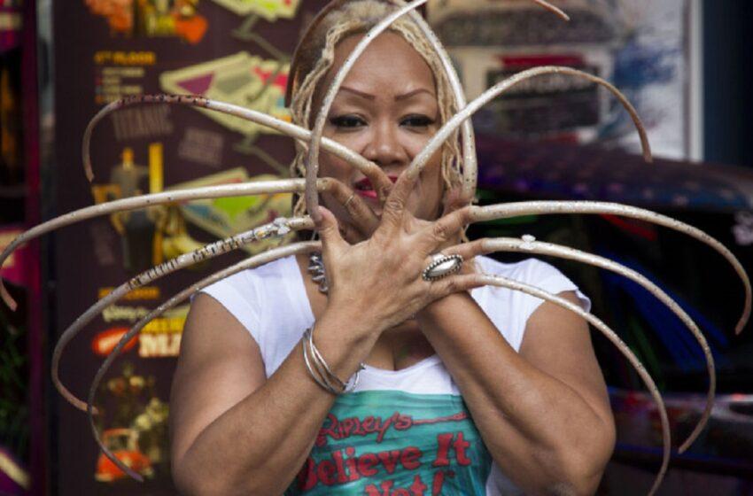 Femeia cu cele mai lungi unghii din lume a renunțat la ele după aproape 30 de ani