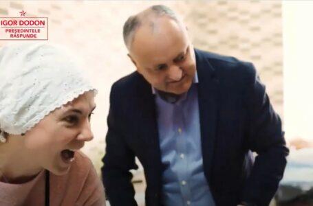 (video) Pregătirile de Paști sunt în toi în familia lui Igor Dodon! Chiar dacă este îmbrăcat la patru ace, acest lucru nu l-a oprit pe liderul PSRM să dea o mână de ajutor