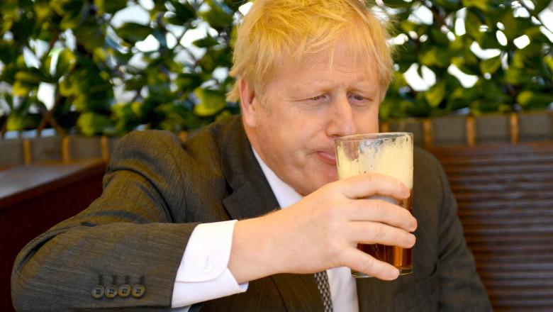 Boris Johnson a sărbătorit relaxarea restricțiilor cu o bere într-un pub din Wolverhampton