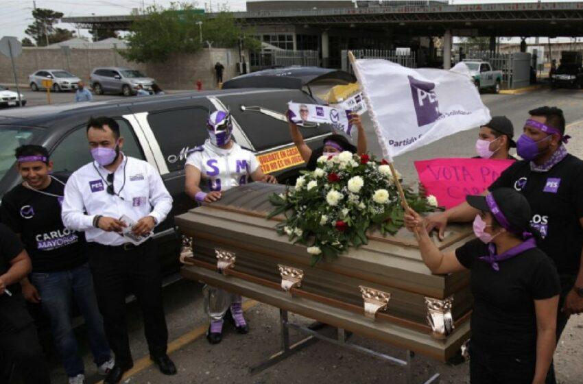 FOTO Alegeri în pandemie: Un candidat din Mexic și-a lansat campania electorală dintr-un sicriu