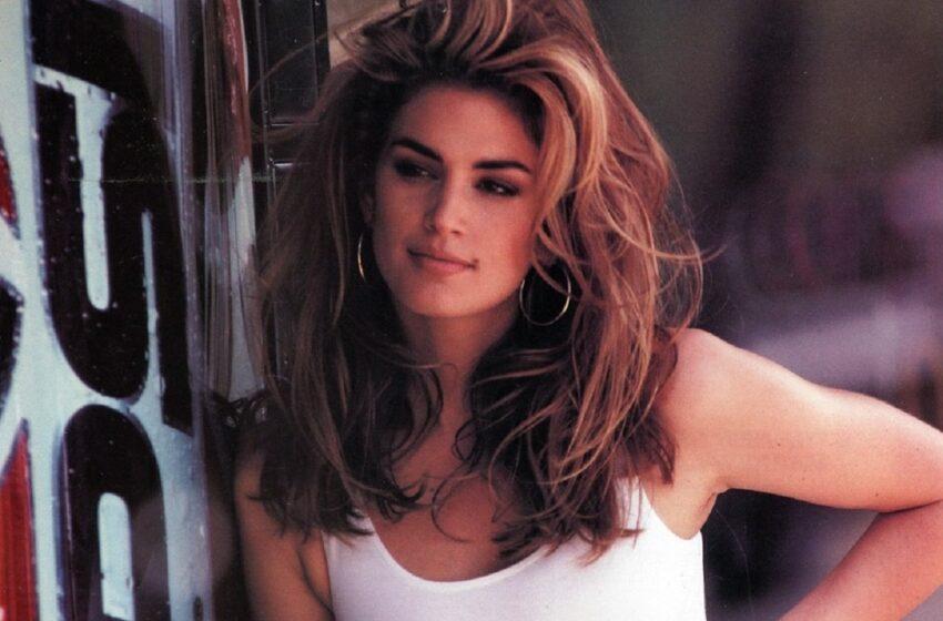 La 55 de ani face în continuare furori:  Supermodelul anilor 90 aproape nud în imaginile unei reviste
