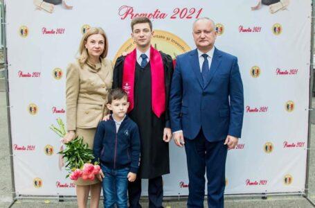 """Emoții deosebite pentru familia Dodon. Fiul mai mare, Vlad, a participat la """"Ultimul sunet"""": Urez tuturor absolvenților să privească senin către noi orizonturi"""