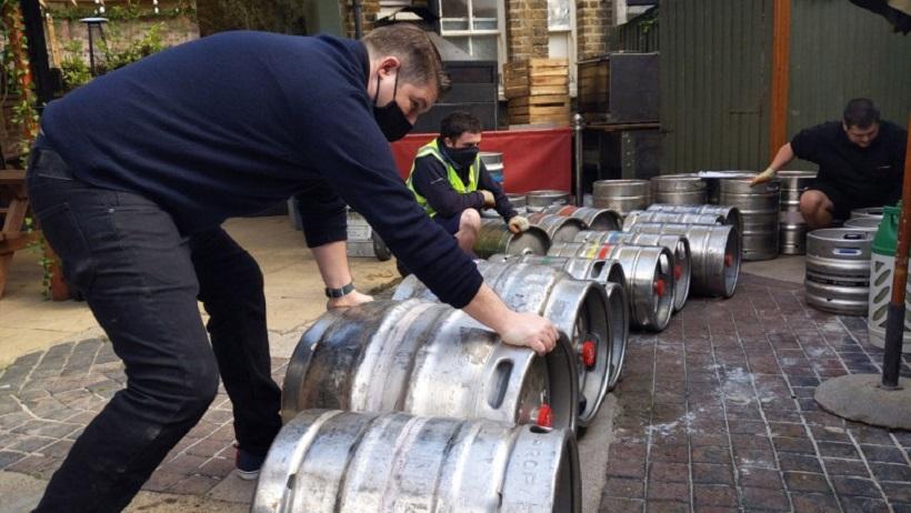 """Pub-urile din Marea Britanie au rămas fără bere, la nici o lună de la ridicarea restricțiilor: """"Așteptările ne-au fost depășite"""""""