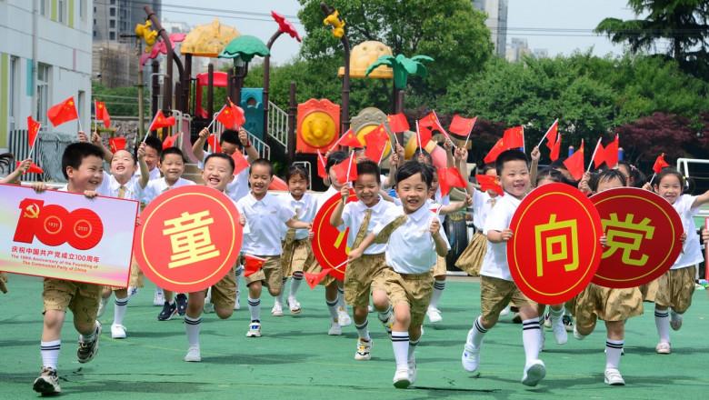 China va permite cuplurilor să aibă trei copii, în loc de doi, după scăderea puternică a ratei natalității