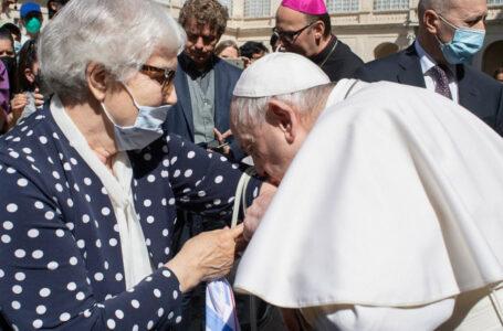 Papa Francisc a sărutat numărul de lagăr tatuat pe braţul unei supravieţuitoare a Holocaustului