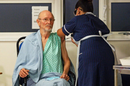 Primul bărbat din lume vaccinat împotriva Covid a murit