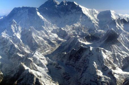 Doi alpiniști au murit pe Everest din cauza epuizării