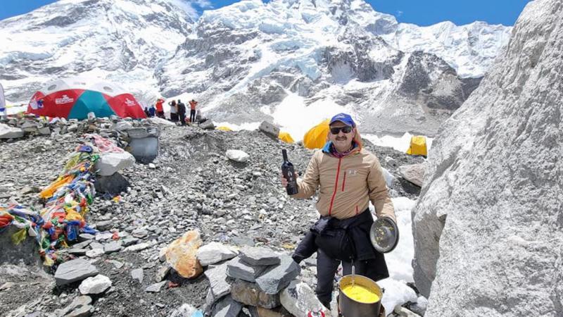 """(foto) Mămăliga moldovenească a ajuns la poalele Everestului: Ceaunul, făina și brânza de oi sunt """"autentice și cărate pe gheb"""" de participanții expediției"""