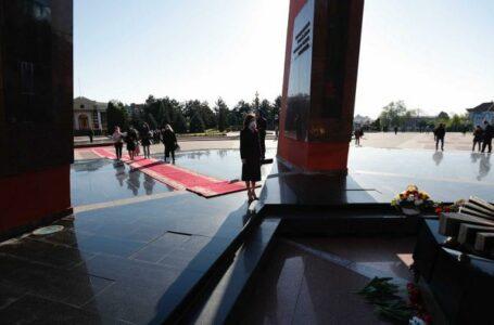 """Președinta țării a depus flori la Complexul Memorial """"Eternitate"""": Sacrificiul lor nu poate fi uitat"""
