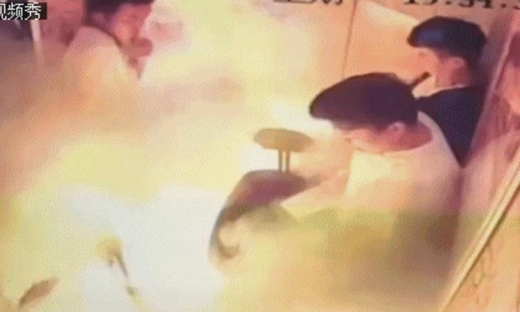 (video) O bicicletă electrică a explodat într-un lift, în China: Cinci oameni au fost răniți, printre care și un bebeluș