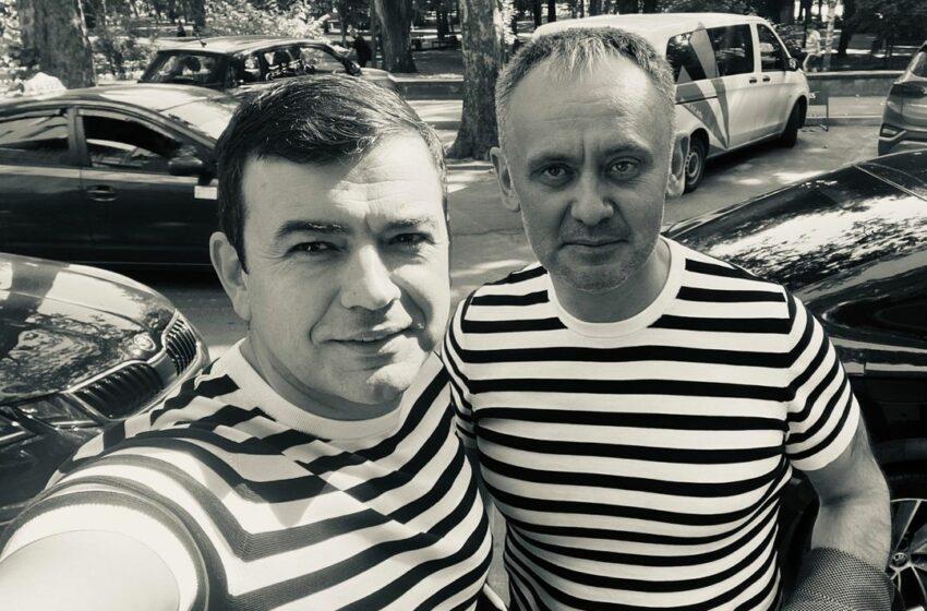 FOTO Îmbrăcați la fel, fostul prim-ministru și fostul consilier guvernamental s-au afișat împreună pe o rețea de socializare