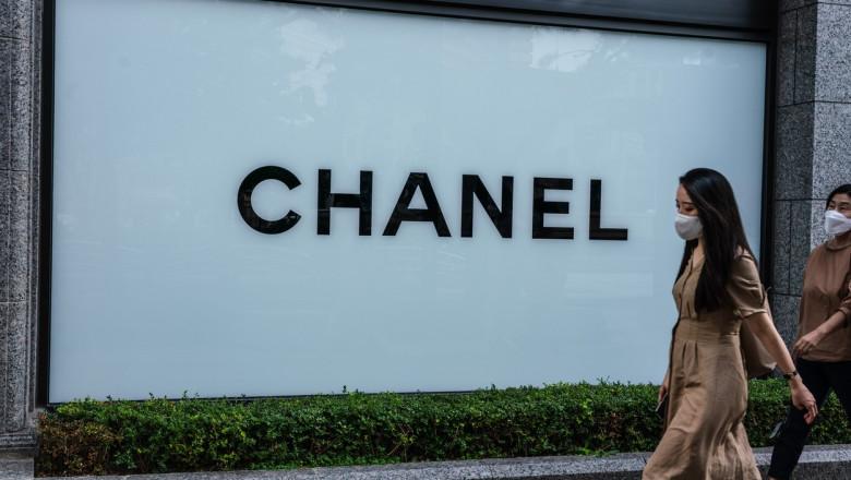 Zeci de persoane stau la coadă ca să cumpere genți Chanel, după ce au auzit că se vor scumpi din iulie