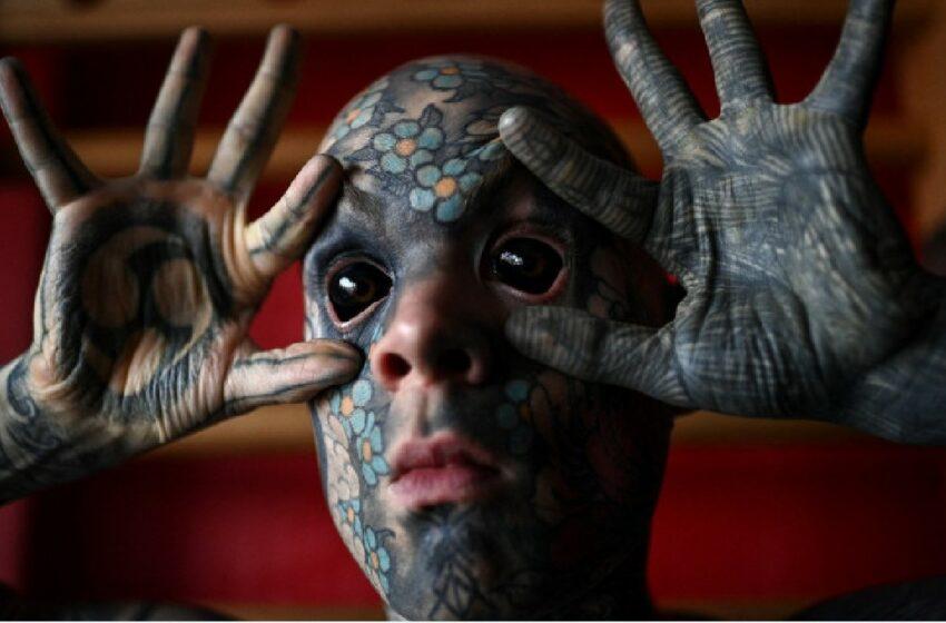 FOTO Este celebru și stârnește controverse! Un profesor cu corpul plin de tatuaje