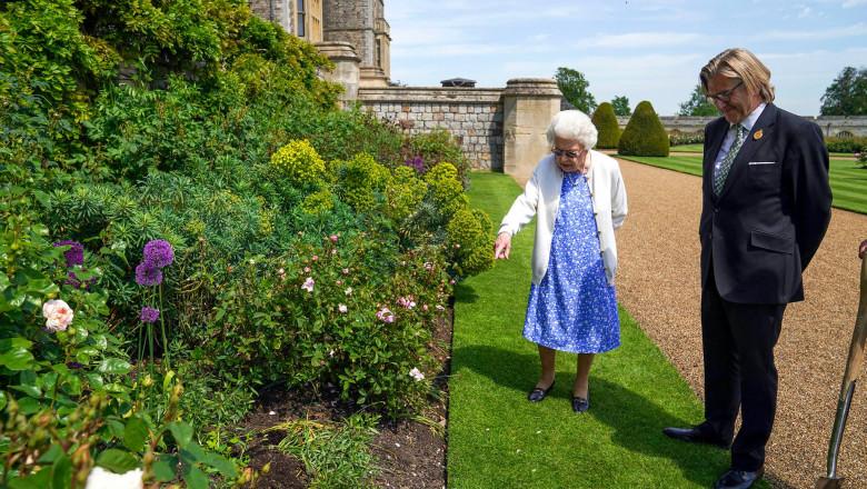 (foto) În ziua în care prințul Philip ar fi împlinit 100 de ani, Regina Elisabeta a plantat un trandafir cu numele lui