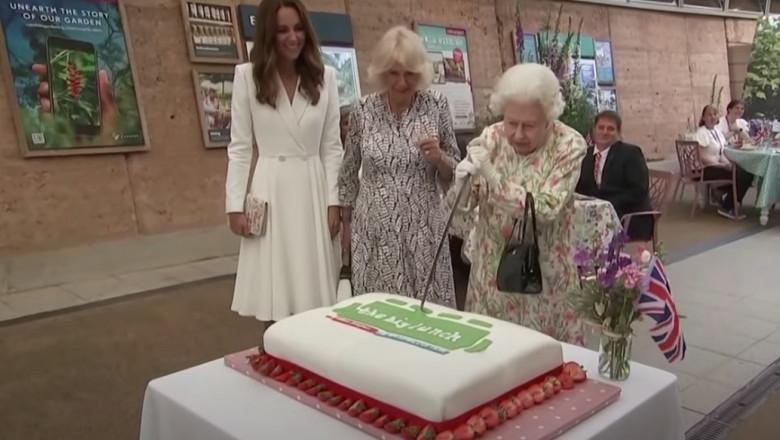 (video) Regina Elisabeta a II-a a insistat să taie un tort cu o sabie. Gestul ei a stârnit hohote de râs