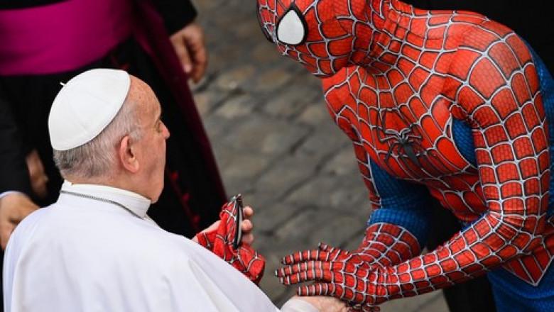 Spiderman a apărut la audiențele Papei Francisc de la Vatican și i-a oferit acestuia un cadou