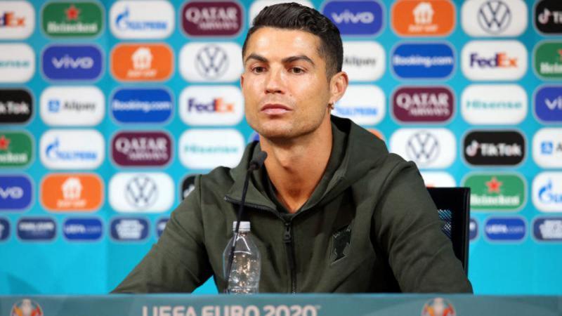 Cum poate gestul lui Cristiano Ronaldo să forţeze regândirea strategiilor de marketing în era social media