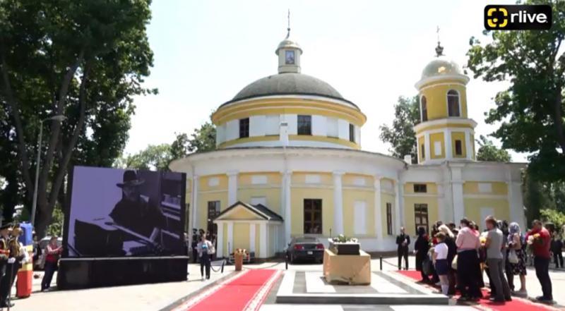(foto) Cu aplauze și onoruri militare, maestrul Iurie Sadovnic a fost petrecut astăzi pe ultimul drum
