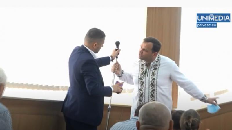 (video) Nu puteau împărți microfonul: Andrei Năstase l-a smuls din mâna lui Burgudji, la ședința eșuată a CMC de astăzi. Ceban: Au venit să se dea în spectacol
