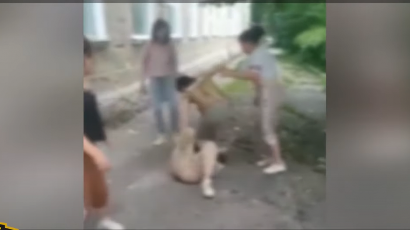 """(video 18+) """"Gata, dați-i pace"""": Patru tinere au bătut-o cu pumnii și picioarele în cap și burtă pe o minoră"""
