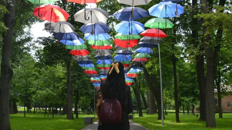 Te-a prins ploaia prin oraș: Te poți adăposti la Festivalul Umbrelelor