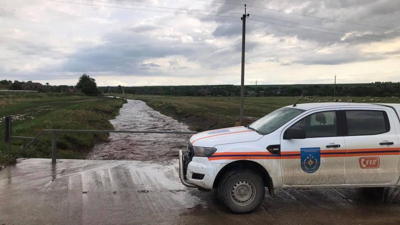 Dezastru în toată țara, în urma ploilor de astăzi: Salvatorii ajută la pomparea apelor, care au inundat mai multe gospodării