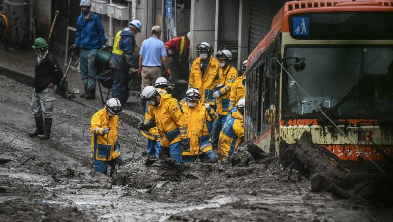 Imagini catastrofale în Japonia. Salvatorii au îndepărtat noroiul cu buldozerul pentru a căuta supraviețuitori