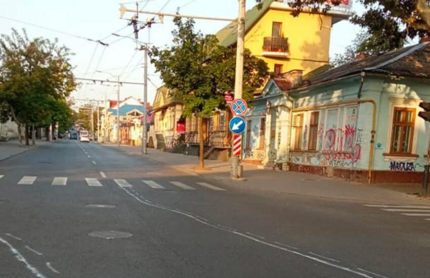 (FOTO) Săturat de încălcări, cineva a desenat marcaje ajutătoare la intersecţia străzilor Alecsandri şi 31 August, la Chişinău