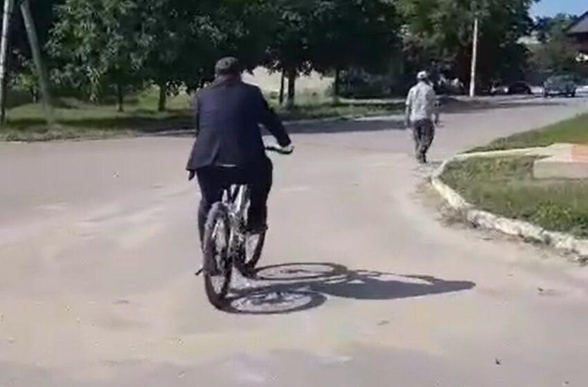 (video) La întâlniri electorale, cu bicicleta: Andrei Năstase, îmbrăcat la patru ace, a mers la întrevederi cu alegetorii pe două roți