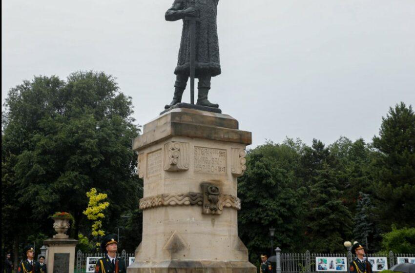 Flori la monumentul lui Ștefan cel Mare, cu ocazia 517 ani de la moartea sa.