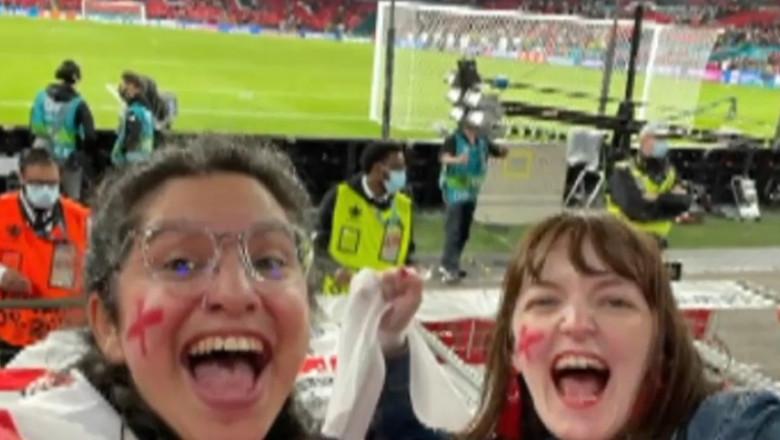 Jurnalistă din Marea Britanie, concediată după ce și-a mințit șeful că e bolnavă ca să meargă la un meci. Imaginile care au dat-o de gol