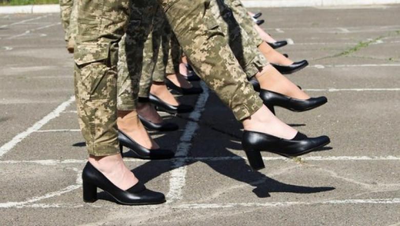 Ce spun femeile-soldat din Ucraina obligate să defileze pe tocuri 4 ore pe zi