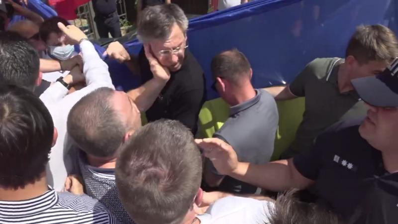 (video) I-au sărit ochelarii: Socialistul Odințov i-a dat o palmă peste față lui Chirtoacă, în fața sediului PSRM