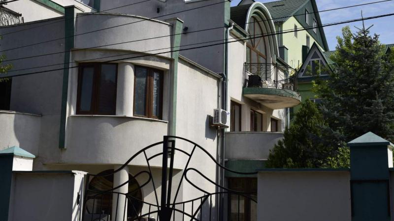 (video) Proprietar de hotel, dar cu apa furată din rețeaua publică: Un om de afaceri din Chișinău, prins cu o conexiune ilegală