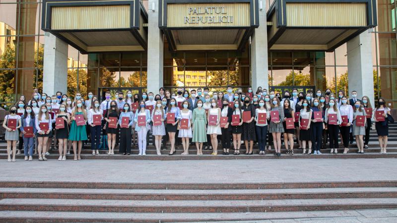 Maia Sandu a premiat elevii care au susținut BAC-ul pe note maxime
