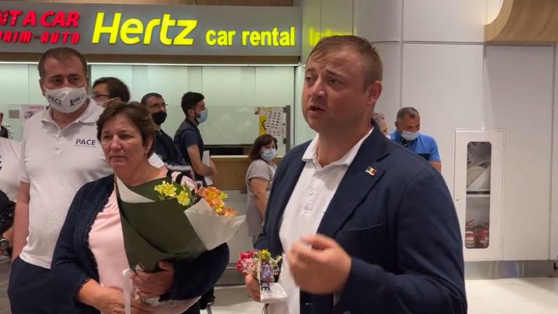 (video) Cavcaliuc a fost eliberat și întors în Moldova cu o cursă avia: Colegii l-au așteptat cu flori la aeroport