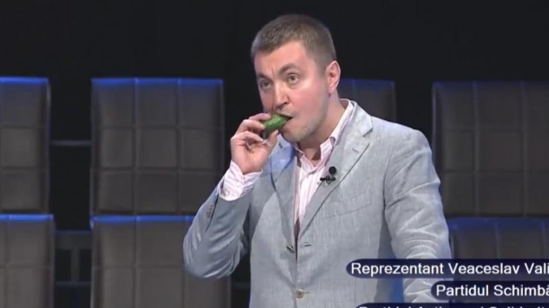 """(stop cadru) Platon mănâncă castravete, de la Costiuc, în timpul unor dezbateri: """"Brânză nu vă dau că-i scumpă"""""""