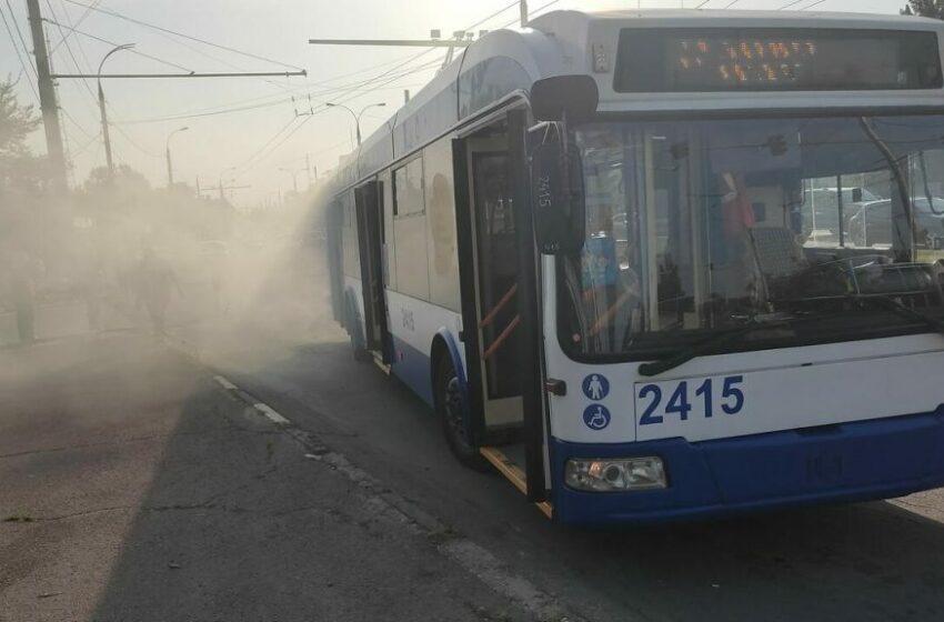 Un troleibuz cu 10 pasageri la bord, cuprins de fum pe șoseaua Hîncești din capitală