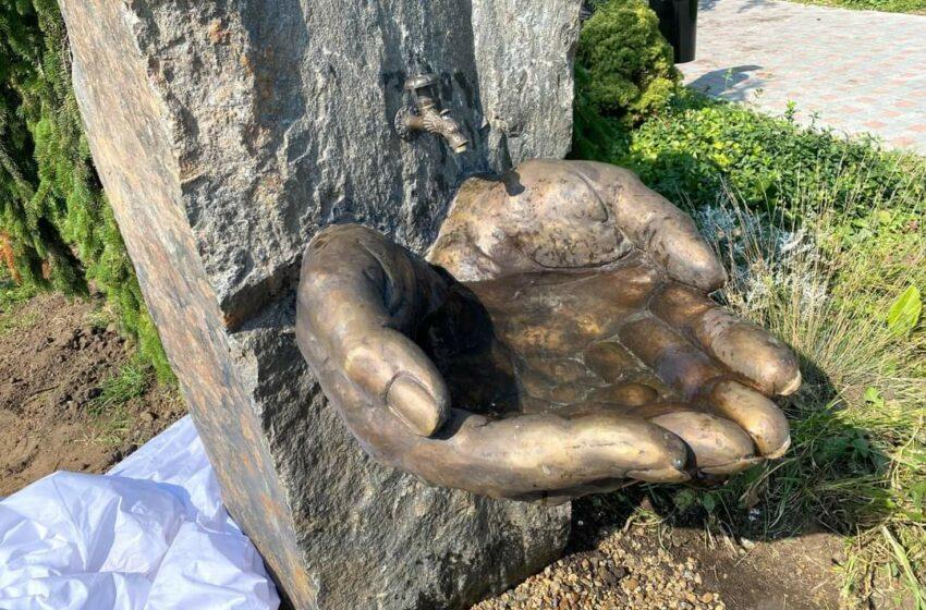 """(FOTO) Sculptura de la Dendrarium: ,,Mâna ei a întâlnit-o pe a mea sub masă"""""""