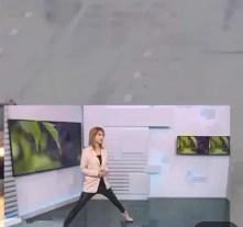 (VIDEO) Stă aproape în sfoară, doar ca să dea bine la tv: Cum a fost surprinsă o jurnalistă din Rusia