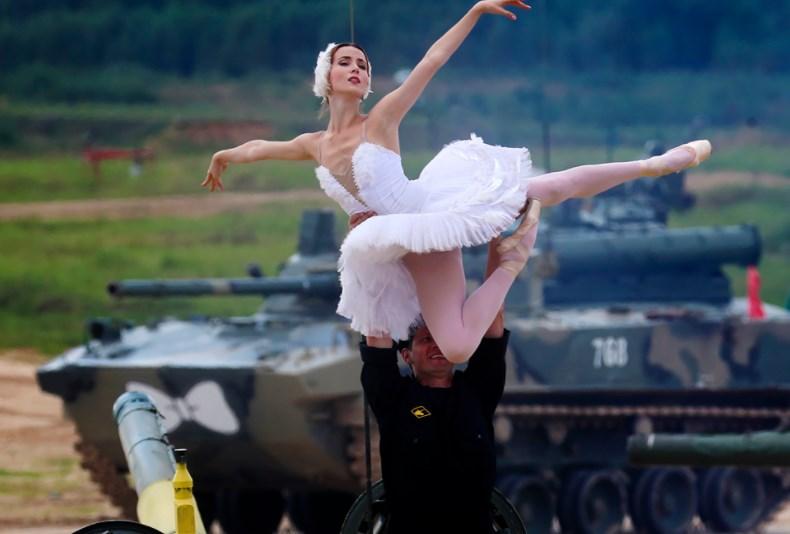 (VIDEO) Piruete pe tancurile rusești: Balerine, printre care și o moldoveancă, au oferit un spectacol mai puțin obișnuit