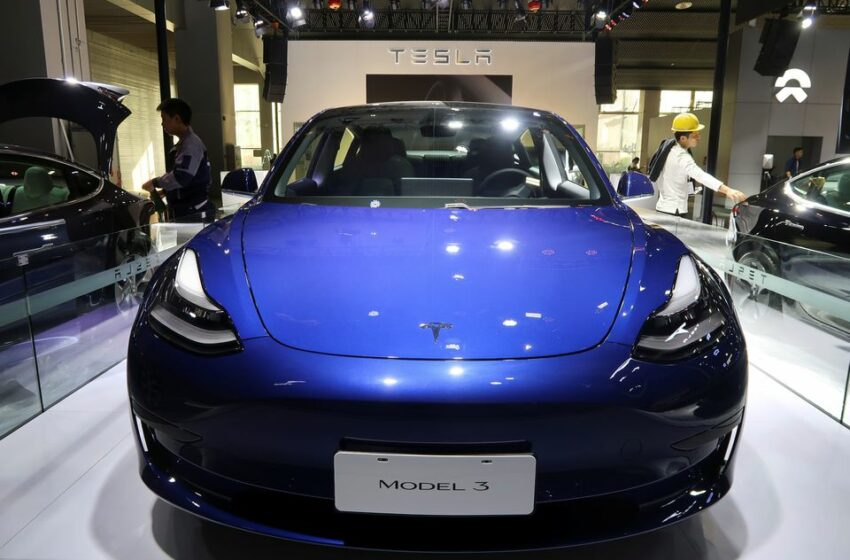 O Tesla de 129.000 de dolari a luat foc în timpul mersului, cu proprietarul la volan