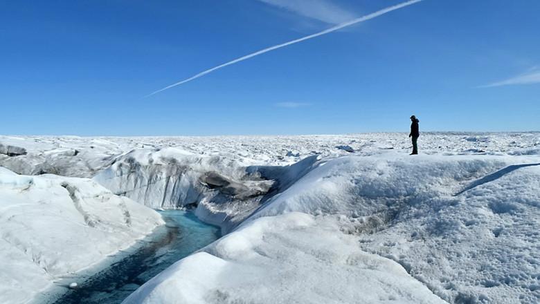 Efectele schimbărilor climatice. Pentru prima oară în istorie a plouat pe vârfurile ghețarilor din Groenlanda