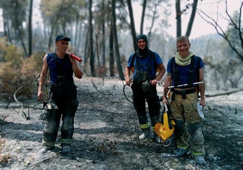 """(FOTO) Mărturii din """"iadul"""" Greciei. Pompier moldovean: Aici e ca la război, pieptul și haina sunt """"cimentate"""" cu cenușă"""