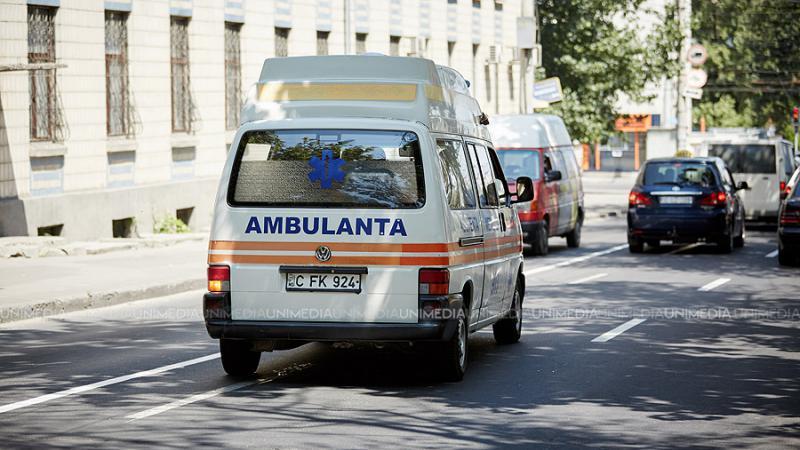 O femeie și-a bătut propria fiică, până a luat-o ambulanța: Totul ar fi pornit de la o sumă de bani împrumutați de fată mamei sale