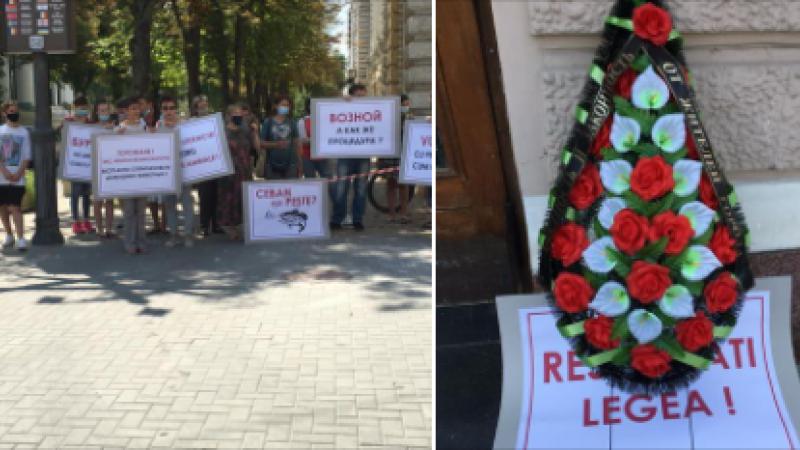 (foto) Protest cu o coroană funerară la Primărie
