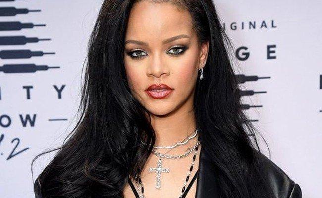 (VIDEO) Rihanna a pozat provocator pentru colecția ei de lenjerie intimă